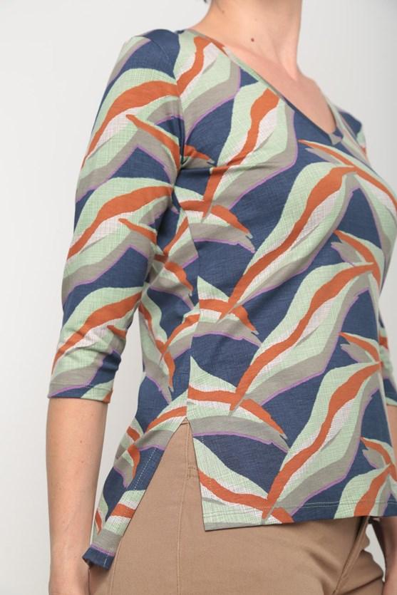 Blusa decote v manga 3/4 estampas diversas azul marinho