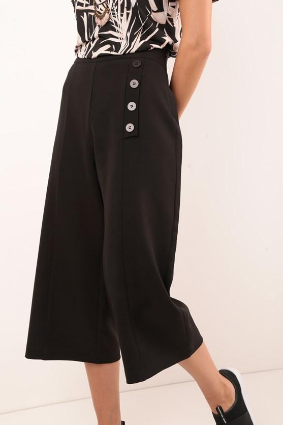 Calça pantacourt vista botões crepe preto