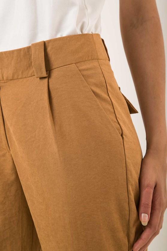 Calça pregas e bolso faca marrom
