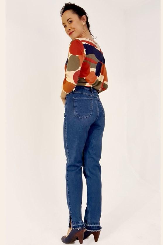 Calça slim cropped cintura alta abertura barra clara