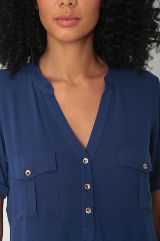 Camisa crepe de viscose bolsos e prega azul marinho