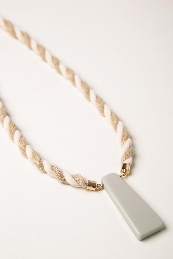 Colar natural corda e forma bege