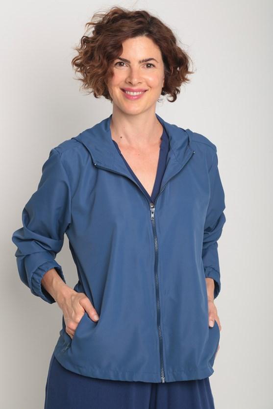 Jaqueta corta vento zíper e capuz azul marinho
