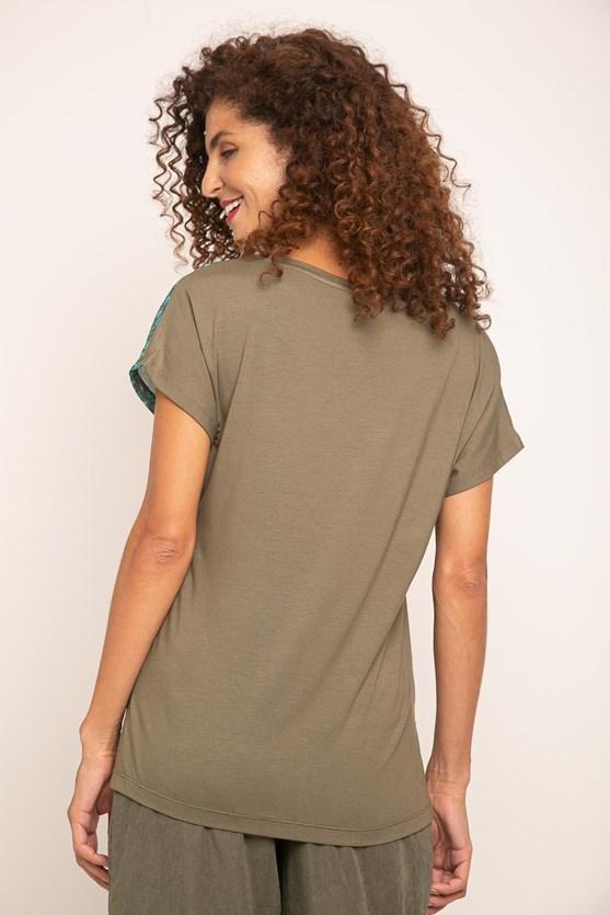T-Shirt Decote V Sem Cava Onça